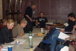 Záber z prvej čítačky predstavenia Potkany. Na snímke herci DAB, v strede riaditeľ DAB Ján Greššo a dramaturg Daniel Majling.