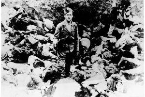 Ustašovský vrah sa necháva fotografovať kolegom v jame plnej obetí.
