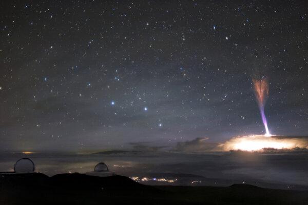 Ďalekohľad na Havaji zachytil na jedno zábere dva vzácne atmosférické úkazy - červeného škriatka a modrý trysk.