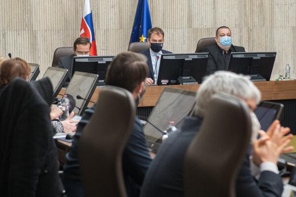 Premiér Igor Matovič, minister zdravotníctva Marek Krajčí a hlavný hygienik Ján Mikas na stretnutí s vedcami.