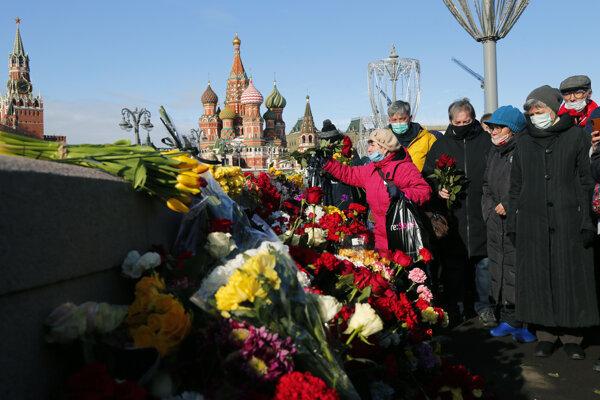 Pri provizórnom pamätníku na moste neďaleko Kremľa