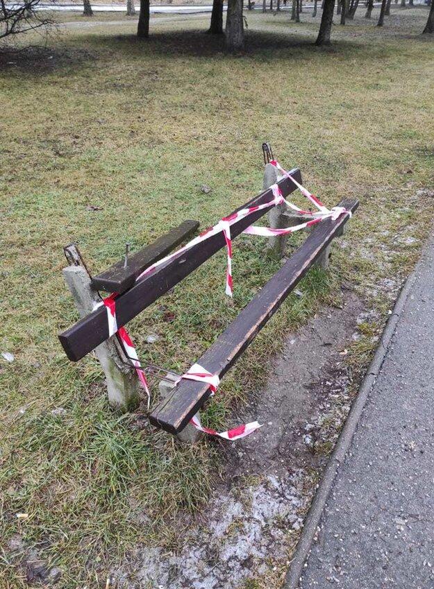 Len jedna lavička bola zničená tak, že ju museli vymeniť za novú.