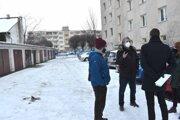 Spoločnosť má v rukách pozemky okolo celého bytového domu i pod ním. Obyvatelia sa boja.