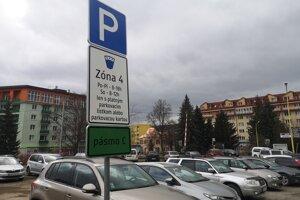 Od januára ostali štyri parkoviská, na ktorých sa ešte v decembri platilo, pre vodičov zdarma. Chybu opravili a od marca sa začalo platiť opäť.