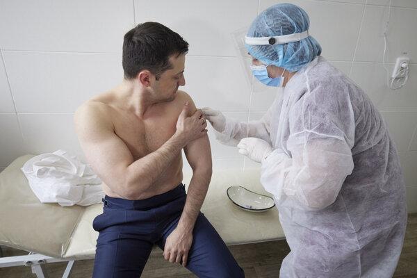 Ukrajinský prezident Volodymyr Zelenskyj dostáva dávku vakcíny AstraZeneca