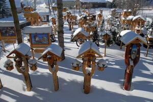V Rozprávkovej vtáčej záhradke v dedine Liptovské Revúce je vyše 250 vtáčích búdok.
