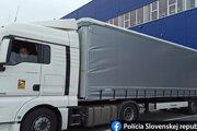 Do kamióna mali migranti nastúpiť na parkovisku v Rumunsku za pomoci prevádzača, bez vedomia šoféra.
