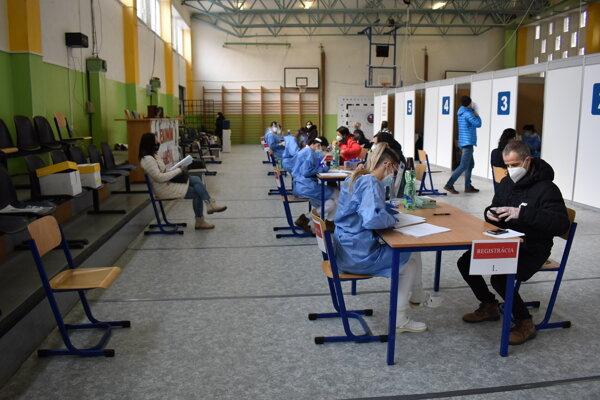 Očkovanie vo veľkokapacitnom vakcinačnom centre v Humennom. Všetky vakcíny sa nepoužili, sťahovali ich do Prešova.