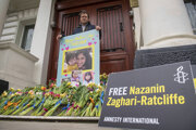 Manžel Nazaniny pred iránskou ambasádou v Londýne