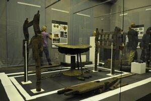 Nálezy z kniežacej hrobky prezentovali v roku 2019 na výstave.