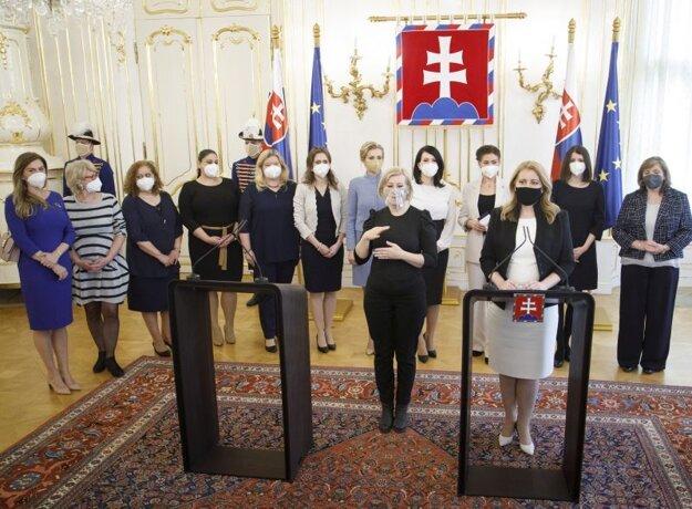 Prezidentka SR Zuzana Čaputová (vpravo v popredí) počas tlačovej konferencie po rokovaní s predstaviteľkami profesijných a mimovládnych organizácií a poslankyňami Národnej rady Slovenskej republiky a Európskeho parlamentu v Prezidentskom paláci o dopadoch pandémie na život žien pri príležitosti Medzinárodného dňa žien.