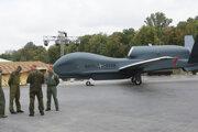 Vojaci stoja pri drone NATO.
