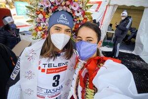 Zuzana Stromková (vpravo) a Petra Vlhová po pretekoch v Jasnej.