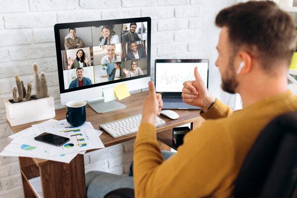 Pri videohovoroch často ľudia používajú prehnané gestá.