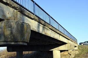 Most M4356 cez potok Čierna voda za obcou Stretava.