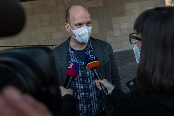 Podpredseda Národnej rady SR Gábor Grendel (OĽANO) odpovedá na otázky novinárov počas zasadnutia poslaneckého klubu OĽaNO pred budovou parlamentu.