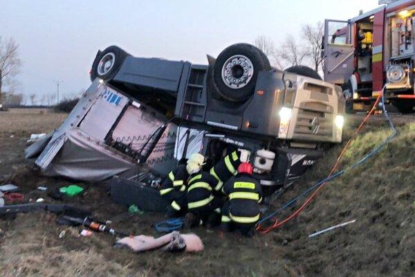 Vodič zostal po havárii v kabíne, zraneniam podľahol.