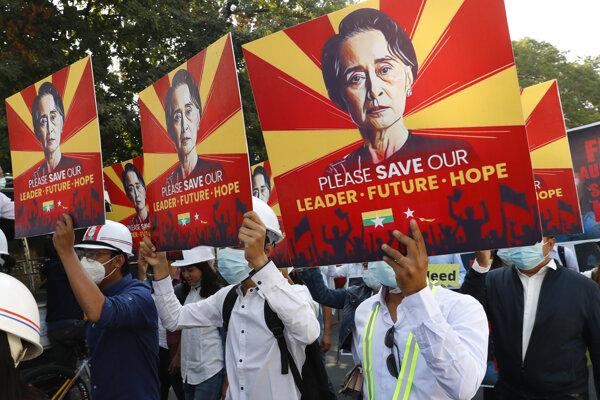 Demonštrácie za oslobodenie demokratickej líderky v Mjanmarsku.