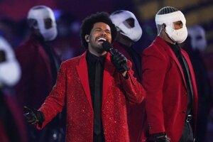 Spevák The Weeknd vystúpil vo februári aj na finále národnej ligy v americkom futbale Super Bowl.