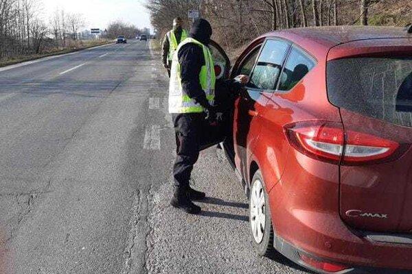 Polícia kontroluje dodržiavanie nariadení aj v okrese Senec.