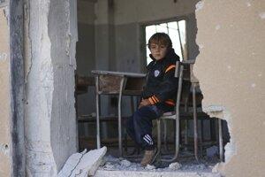 Dieťa v zničenej škole v sýrskej provincii Idlib.