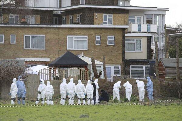 Britká polícia počas prehľadávania miesta nálezu pozostatkov Sarah Everardovej.