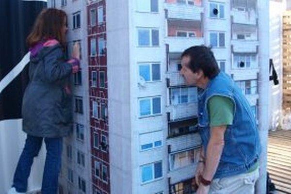 Model paneláka lákal ľudí nakúkať dnu cez okná.