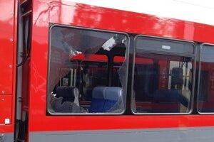 Poškodené okno po vyčíňaní nespratníka.