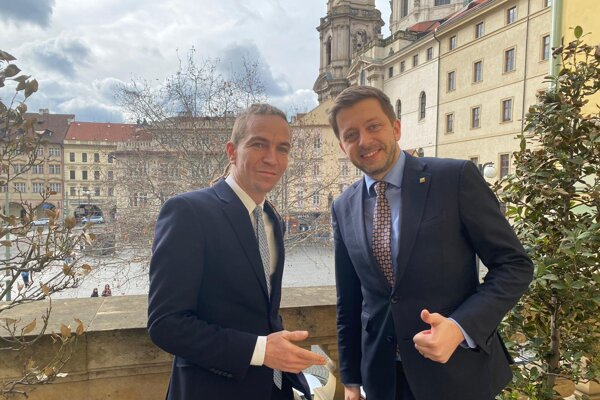 Líder Pirátov Ivan Bartoš (vľavo) a šéf hnutia STAN Vít Rakušan. Ich strany do októbrových parlamentných volieb kandidujú spoločne.