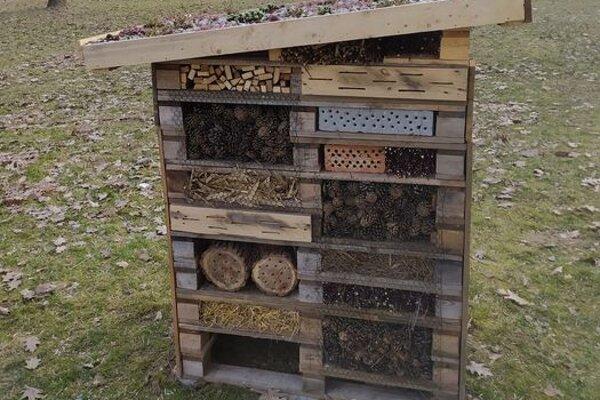 Hmyzí hotel je vyrobený z čisto prírodných materiálov.