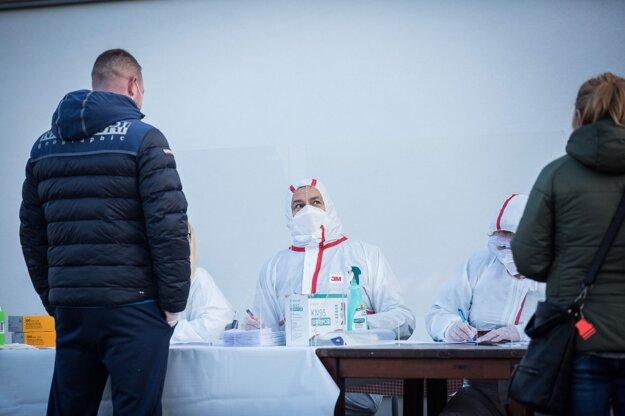 24. október 2020. Predseda vlády Igor Matovič kontroluje doklady počas testovania obyvateľov na ochorenie Covid-19 v okresoch Oravy v rámci akcie Spoločná zodpovednosť.