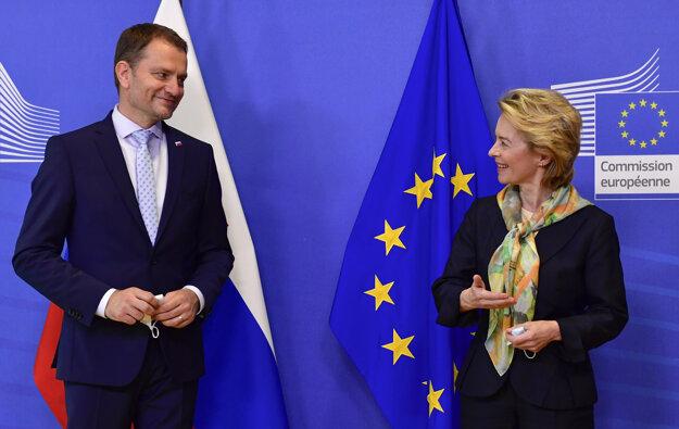 16. júl 2020. Predsedníčka Európskej komisie Ursula Von der Leyenová víta slovenského premiéra Igora Matoviča pred ich stretnutím v sídle EÚ v Bruseli.