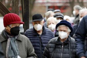 Seniori čakajú v rade na očkovanie proti ochoreniu COVID-19 pred Kostolom sv. Antona z Padovy v Sokolove.