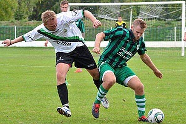 Prvý gól zápasu Veľký Meder - Horná Nitra vsietil Martin Tuschel (s loptou).