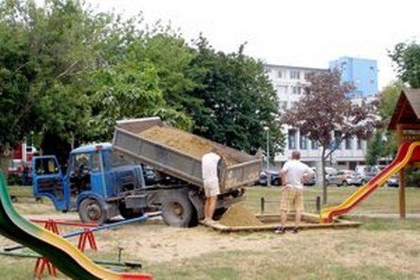 Detské pieskovisko na Hviezdnej ulici v Starom Meste. Nový piesok je tu od 23. júla.