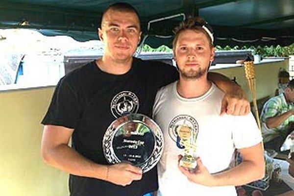 Kapitán Filip Titka s cenou za druhé miesto a najlepší hráč turnaja Michal Ecker.
