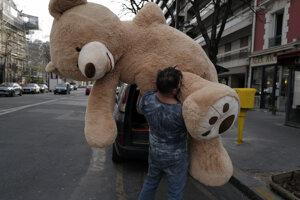 Majiteľ kníhkupectva Philippe Labourel nesie plyšové medveďa do baru v Paríži.