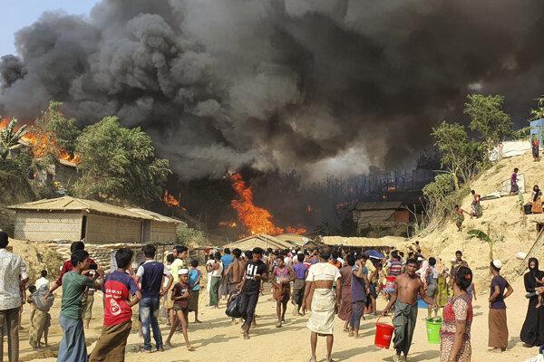 Požiar utečeneckého tábora Rohingov v meste Balukhali, na juhu Bangladéša.