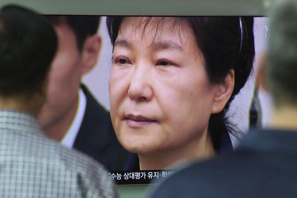 Pak Kun-hje bola po protikorupčných protestoch odsúdená na dvadsať rokov väzenia.