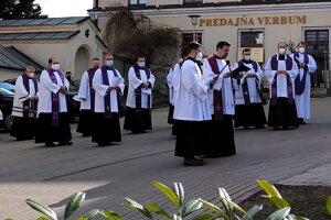 Krížová cesta sa začala pred kostolom.