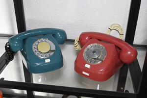 Na snímke domáce telefónne prístroje v expozícii telefonovania.