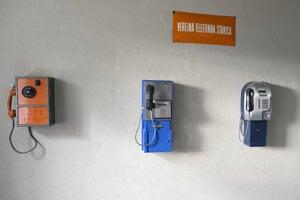 Na snímke verejné telefónne automaty v expozícii telefonovania.