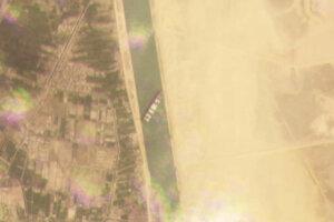 Satelitné zábery lode Ever Given, ktorá blokuje Suezský prieplav.