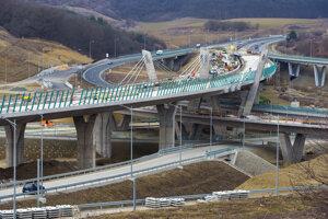 Rozostavaná križovatka sa napája na koniec D1 v úseku Prešov západ.