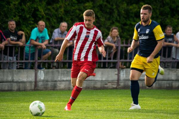 Bánovčania (v pruhovanom) začali sezónu 2020/2021 zápasom 1. kola Slovnaft Cupu na domácom trávniku proti Hurbanovu (0:3).