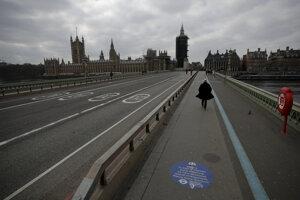 Británia sa pomaly začína otvárať.