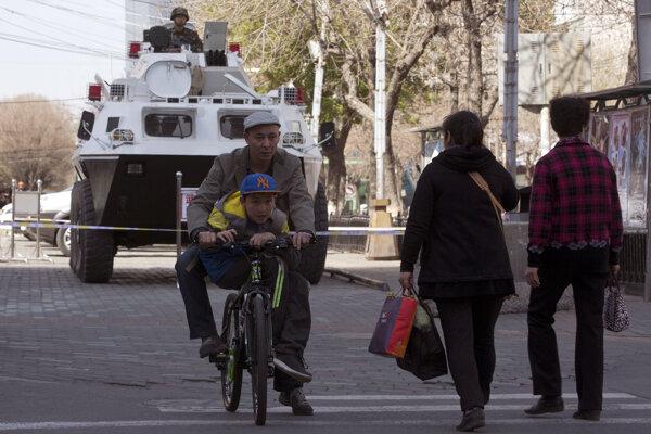 Policajné vozidlo vujgurskom autonómnom regióne. Prezident Si Ťin-pching žiadal po stredňajšom výbuchu dôsledný zákrok proti terorizmu. EÚ kritizuje prenasledovanie Ujgurov čínskou vládou.