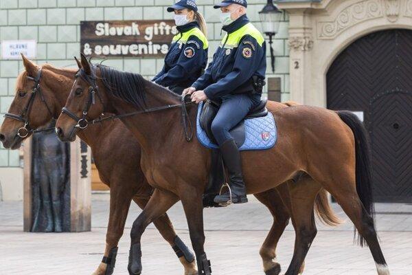 Hliadka mestskej polície na koňoch počas pandémie koronavírusu na Hlavnom námestí  27. apríla 2020.