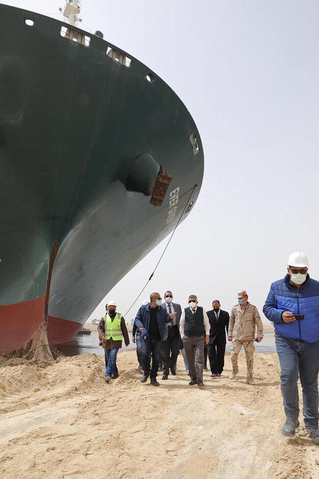 Generál Ossama Rabei (uprostred), šéf lodnej prepravy v Suezskom prieplave s vyšetrovacím tímom si prezerá situáciu na mieste nehody 25. marca.