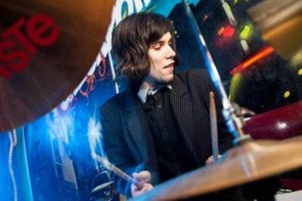 Lucas Perny hrá na bicích od 14 rokov.